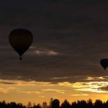 Montgolfières au coucher de soleil